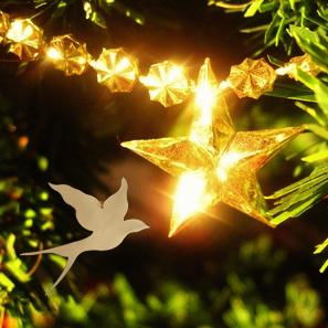 Leuchtender Stern am geschmückten Weihnachsbaum
